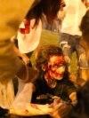 На фото: демонстранти увечері 9 серпня в Мінську на проспекті Переможців.<br /> <br /> Влада ще вдень почала готуватися до можливих протестів у Мінську: в місто була введена військова техніка і додаткові загони ОМОНу. До закриття виборчих дільниць у столиці перекрили центральні вулиці і зачинили станції метро в центрі міста. Також в Мінську та інших містах Білорусі весь день виборів &laquo;глушили&raquo; інтернет<br /> &nbsp;