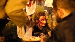 Власти еще днем начали готовиться к возможным протестам в Минске: в город была введена военная техника и дополнительные отряды ОМОНа. К закрытию участков в Минске перекрыли центральные улицы и закрыли станции метро в центре города. В Минске и других городах Беларуси весь день выборов &laquo;глушили&raquo; Интернет.&nbsp;<br /> <br /> Демонстранты вечером 9 августа в Минске на проспекте Победителей.