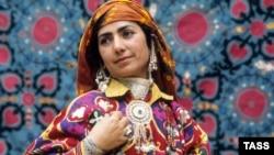 Таджикская женщина в национальном костюме.