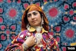 Таджицька жінка в традиційному національному одязі