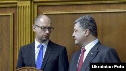 Президент України Петро Порошенко (праворуч) і прем'єр Арсеній Яценюк