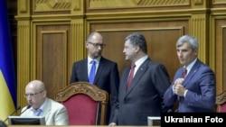 Ուկրաինայի նախագահ Պետրո Պորոշենկոն, Ռադայի նախագահ Ալեքսանդր Տուրչինովը և վարչապետ Արսենի Յացենյուկը Գերագույն ռադայում, Կիև, արխիվ