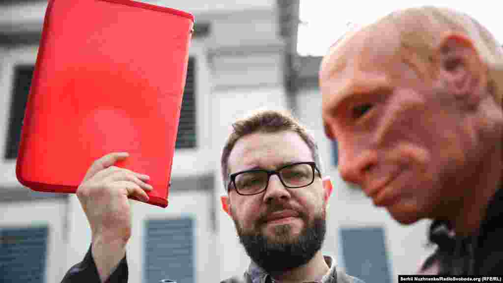 Путину показали «красную карточку»