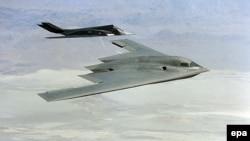 АҚШ-тығ B-2 Spirit стратегиялқ бомбалаушы ұшағы мен F 117 истребителі (Көрнекі сурет)