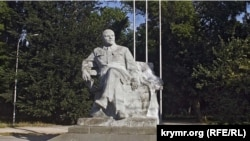Памятник Ленину напротив железнодорожного вокзала в Симферополе