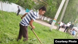 Учителя косят траву по заданию акимата. Так называется фотография, которую выслали учителя из Карасайского района Алматинской области. 7 мая 2015 года.