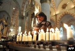Bosniya-Hersoqovina - bosniyalı xorvat qadın kilsədə şam yandırır 25 dekabr 2012