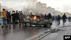 Протест против повышения цен на бензин и введения квот на его продажу. Тегеран, 16 ноября 2019 года.