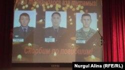 Ақтөбеде Ұлттық ұланның 6655 әскери бөліміе жасалған қарулы шабуылда қаза тапқан әскери қызметкерлер бейнеленген экран. Петропавл, 6 маусым 2017 эыл.