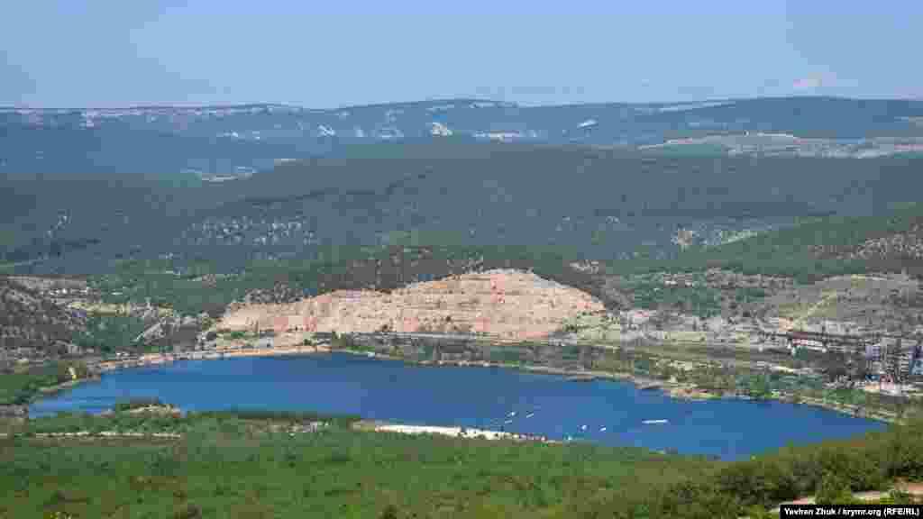 Наполовину «з'їдена» видобутком гора Гасфорта і штучний ставок біля її підніжжя. Цей викопний кораловий риф почали розробляти наприкінці 1970-х і «спиляли» гірничими роботами майже наполовину. Видобуток вапняку припинили після протестів екологічних активістів