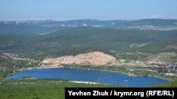 Наполовину «съеденная» разработкой гора Гасфорта и искусственный пруд у ее подножия
