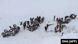 5 февраля 2020 года сотрудники аварийно-спасательной службы раскапывают снег около трех перевернутых автомобилей возле города Бахчешехир, в восточной части провинции Ван, Турция, 4 февраля, 2020