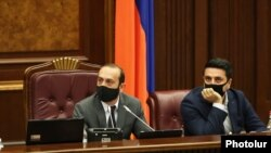 Спикер Национального собрания Армении Арарат Мирзоян и вице-спикер НС Ален Симонян (слева)