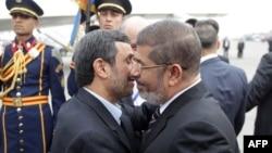 Президент Єгипту Мохаммед Мурсі вітає свого іранського колегу Махмуда Ахмадінеджада в аеропорту Каїра, 5 лютого 2012 року