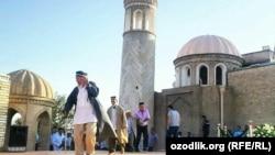 Ислам Каримовтің бейітіне келіп, құран оқып жатқан жұрт. Өзбекстан, Самарқан, 4 қыркүйек 2016 жыл.