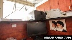 У пошкодженому медіацентрі «Хезболли», з портретами попереднього і нинішнього верховних керівників Ірану аятол Руголли Хомейні й Алі Хаменеї, 25 серпня 2019 року