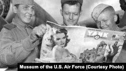 """Советские и американские авиатехники рассматривают американский еженедельный журнал """"Янки"""", 169 авиабаза под Полтавой"""