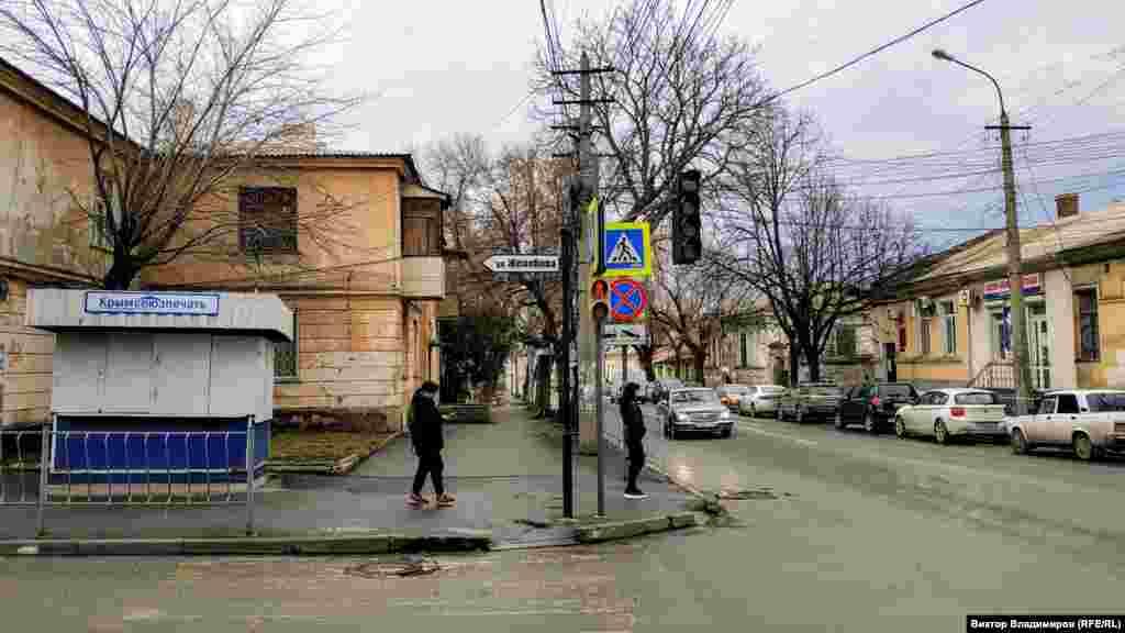 На перекрестке с улицей Гоголя находится неработающий киоск «Крымсоюзпечати»