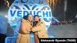 Рамзан Қадыров (оң жақта) пен Руслан Байсаров Ведучи шаңғы курорты жобасын бастау рәсімінде. Шешенстан, 27 ақпан 2013 жыл