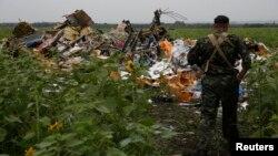 Ուկրաինա - Ռուսամետ զինյալը կործանված «Բոինգ-777»-ի բեկորների մոտ, Դոնեցկի մարզ, 18-ը հուլիսի, 2014թ․