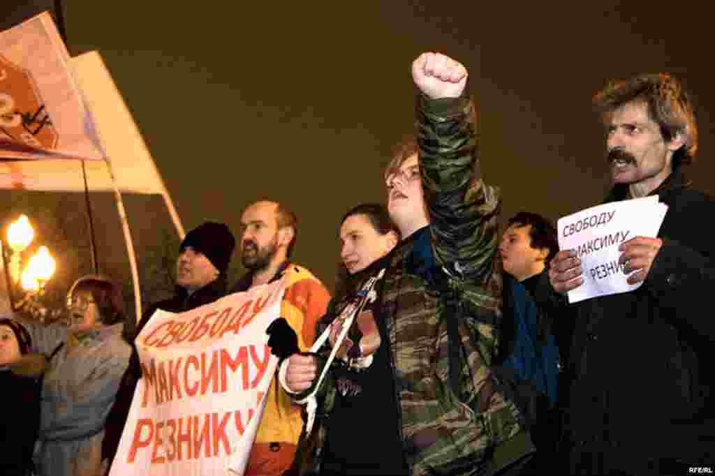 Собравшиеся требовали освободить Максима Резника...