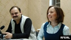 Elena Ciona și Valeriu Cațer în studioul de la Chișinău