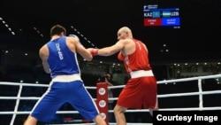 На ринге справа — боксер из Казахстана Иван Дычко