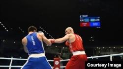 Казахстанский боксер Иван Дычко (справа) на ринге на чемпионате мира в Дохе.