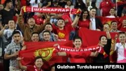 Кыргызстандын курама командасын Филиппин менен болгон беттеште алга сүрөгөн футбол күйөрмандары. БАЭ, 16-январь, 2019-жыл