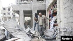 Баласынын сөөгүн издеген Абу Мохаммад Алая. Чыгыш Гутадагы Доума шаары. 22-февраль, 2018-жыл.