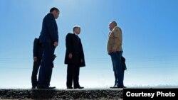 Президент Алмазбек Атамбаев транспорт жана жолдор министри Жамшитбек Калилов менен Балыкчы-Корумду жолунун курулушунда