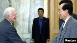 Поранешниот американски претседател Џими Картер и претседателот на претседателството на Врховниот народен парламент на Северна Кореја, Ким Јонг Нам во Пјонгјанг