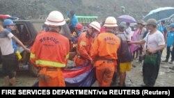 Spasioci iznose tela poginulih u klizištu rudnika žada, 2. jul 2020.