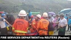 Spasioci iznose tijela poginulih u klizištu rudnika žada, 2. jula 2020.