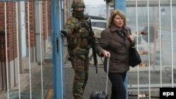 Солдат выпроваживает пассажирку из гостиницы аэропорта - на следующий день после взрывов 22 марта