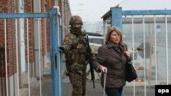 Солдат виводить пасажирку з готелю аеропорту – наступного дня після вибухів 22 березня
