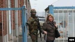 Військовий проводжає пасажирку з готелю аеропорту «Завентем», Брюссель, 22 березня 2016 року