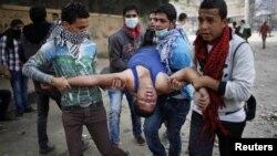 Від сльозогінного газу потерпали й молоді демонстранти, Каїр, 27 листопада 2012 року