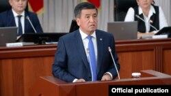 Президент Сооронбай Жээнбеков в парламенте. Архивное фото.