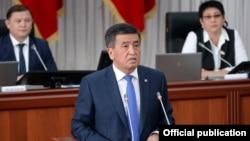 Қырғызстан президенті Сооронбай Жээнбеков парламентте сөйлеп тұр. Бішкек, 27 мусым 2018 жыл.