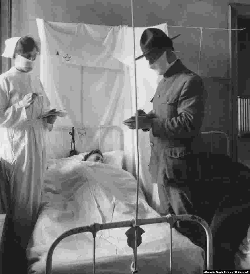 Тежко болен младеж в САЩ през ноември 1918 г. Смята се, че вирусът предизвиква цитокинови бури сред здрави възрастни - свръхреакцията на енергичната имунна система е толкова тежка, че пациентите са ефективно убивани от имунния отговор на собствените си тела.