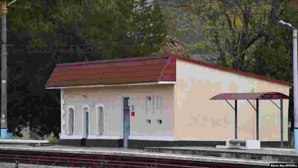 Залізнична станція «Верхньосадова». Вона була споруджена в 1875 році під час будівництва Лозово-Севастопольської залізниці. Тоді станція, як і село, називалася Дуванкой. Після депортації кримських татар отримала свою сучасну назву