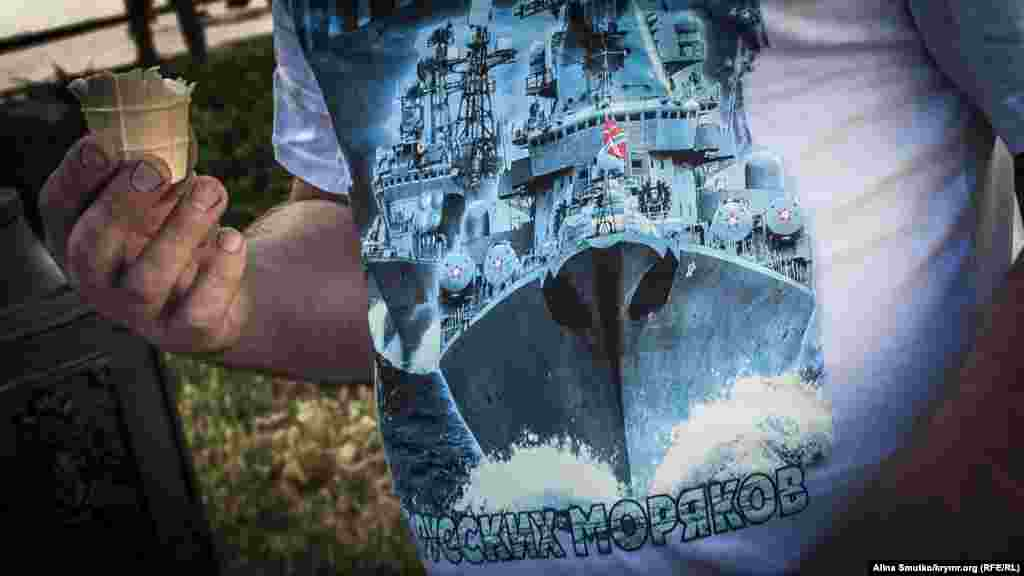 Гость на празднике в нарядной тематической футболке