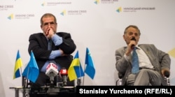 Рефат Чубаров һәм Мостафа Җәмилев блокада турында игълан итү чарасында