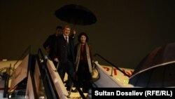 Алмазбек Атамбаев жубайы менен Швейцариянын аэропортунда. 26-март, 2015-жыл.