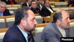 Мясник Малхасян (слева) и Акоп Акопян во время заседания Национального Собрания 4 марта 2008 г.