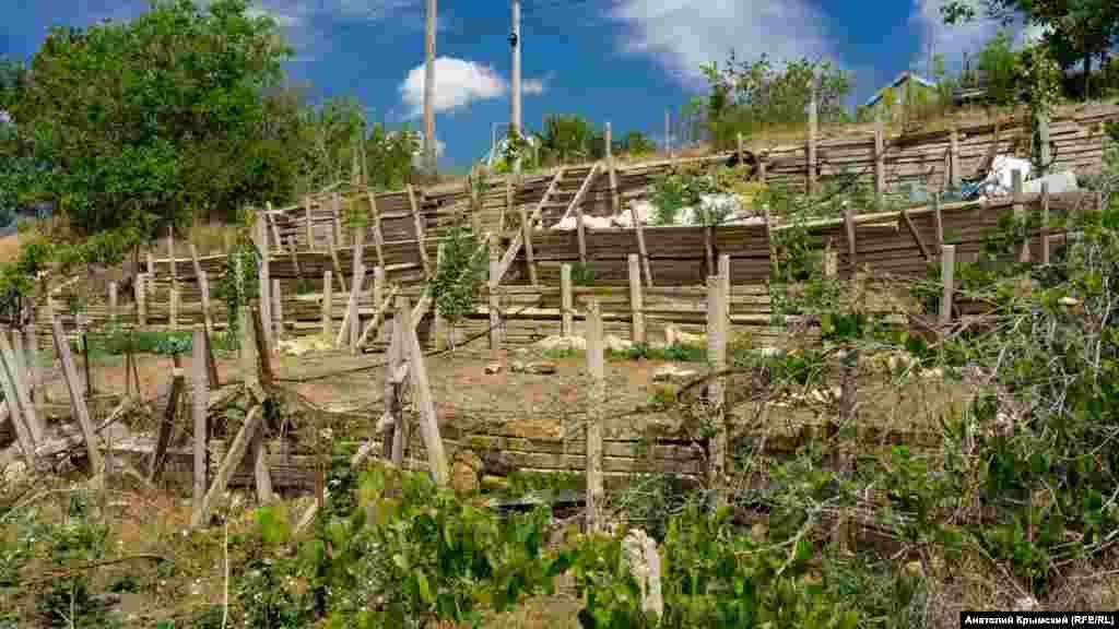 Бетонні виноградні кілки тепер використовуються для облаштування терас на сільських городах