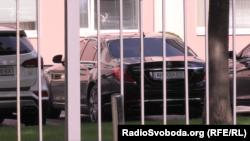 Авто, яким користується бізнесмен Кропачов, біля одного зі столичних бізнес-центрів 26 червня 2018 року