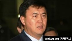 «Нұр Отан» партиясының хатшысы Қайрат Сатыбалдыұлы халал өнімдер көрмесінде тұр. Астана, 7 қазан 2010 жыл.