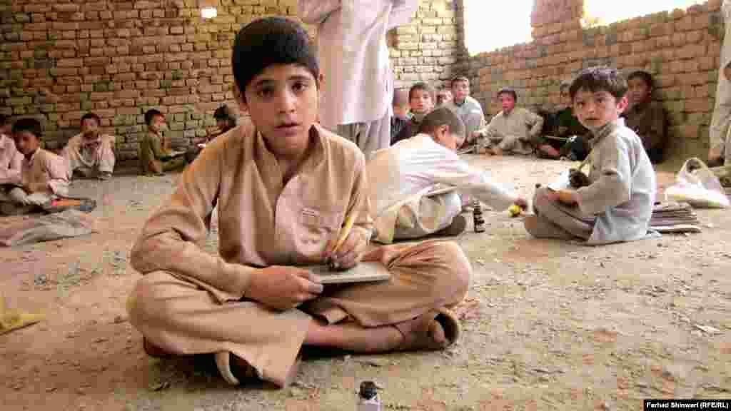 10-летний житель Пешавара Захир Шаих мечтает попасть в хорошую школу и стать инженером.